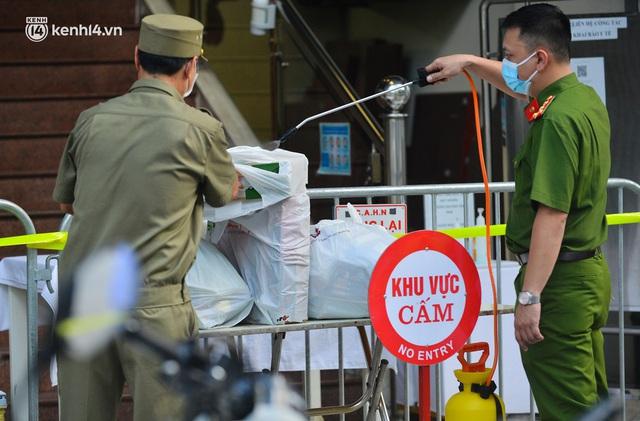 Hà Nội: Phong toả tạm thời tòa nhà Vietinbank 25 Lý Thường Kiệt, lấy mẫu xét nghiệm cho nhân viên do liên quan Covid-19 - Ảnh 8.
