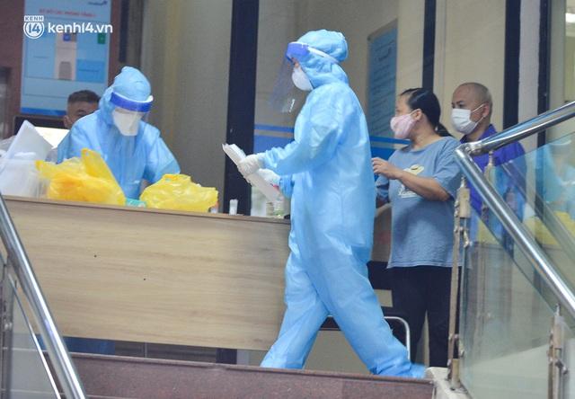 Hà Nội: Phong toả tạm thời tòa nhà Vietinbank 25 Lý Thường Kiệt, lấy mẫu xét nghiệm cho nhân viên do liên quan Covid-19 - Ảnh 9.