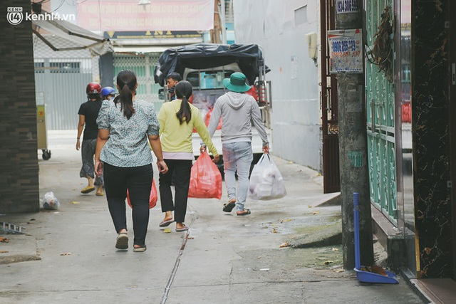 Heartwarming story when Saigon distanced itself: The sister association worked hard to cook hundreds of meals, went everywhere to give to the needy - Photo 10.