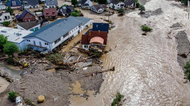 Những hình ảnh khủng khiếp trong đợt mưa lũ lịch sử làm 120 người chết ở Tây Âu - Ảnh 14.
