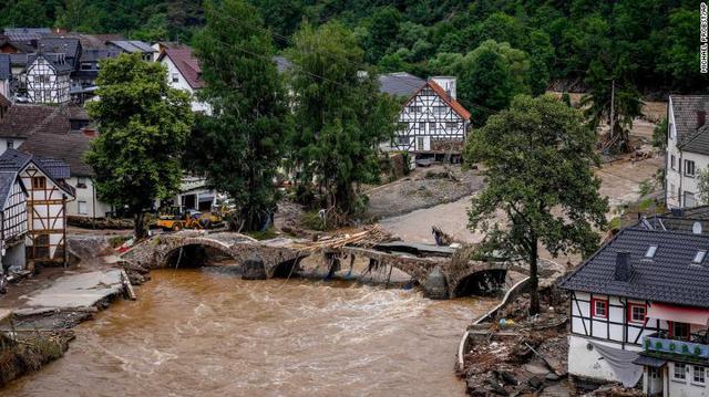 Những hình ảnh khủng khiếp trong đợt mưa lũ lịch sử làm 120 người chết ở Tây Âu - Ảnh 10.
