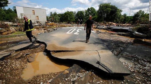 Những hình ảnh khủng khiếp trong đợt mưa lũ lịch sử làm 120 người chết ở Tây Âu - Ảnh 13.
