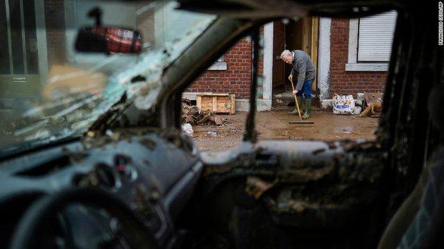 Những hình ảnh khủng khiếp trong đợt mưa lũ lịch sử làm 120 người chết ở Tây Âu - Ảnh 2.
