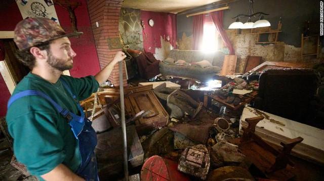 Những hình ảnh khủng khiếp trong đợt mưa lũ lịch sử làm 120 người chết ở Tây Âu - Ảnh 9.