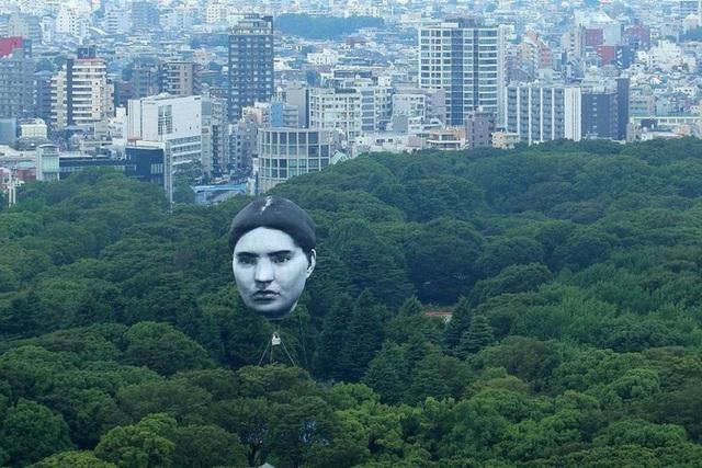 Đầu khổng lồ bay lơ lửng ở Tokyo, người dân khiếp vía trước ngày khai mạc Olympic - Ảnh 1.