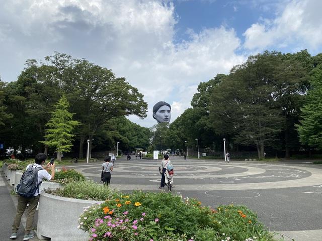 Đầu khổng lồ bay lơ lửng ở Tokyo, người dân khiếp vía trước ngày khai mạc Olympic - Ảnh 2.
