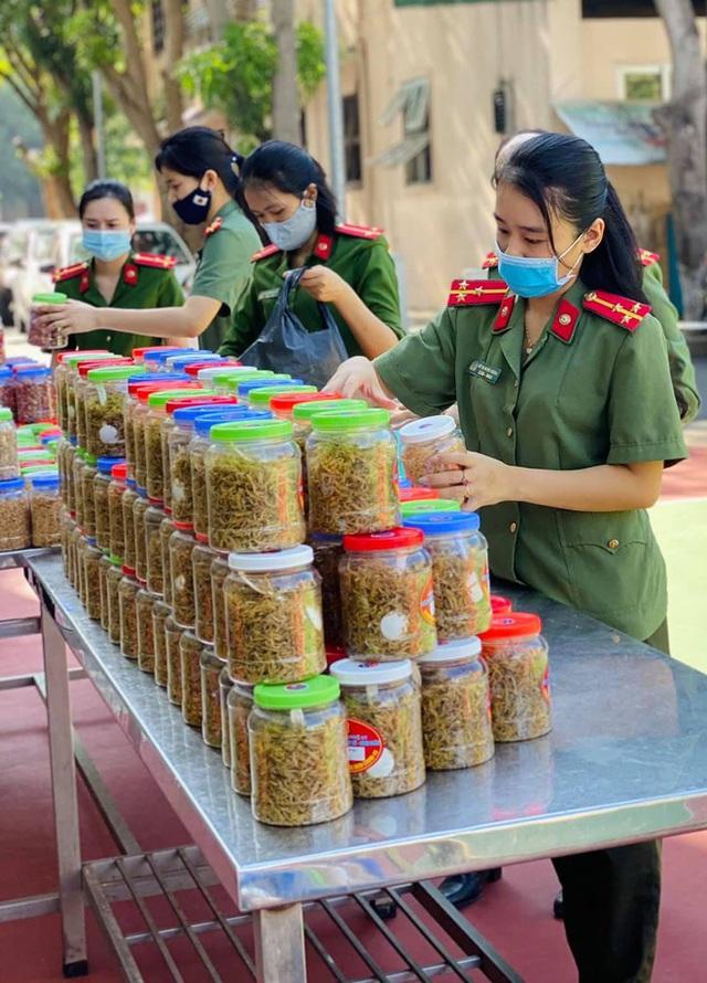 [ẢNH] Người dân xứ Nghệ quyên góp rau củ, ngày đêm làm đồ ăn để ủng hộ tâm dịch TP. HCM - Ảnh 11.