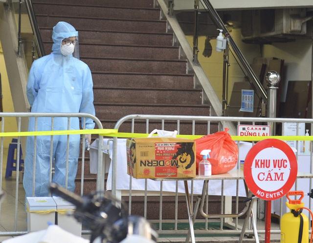 Hà Nội: Hàng loạt địa điểm bị phong toả sau khi phát hiện 13 ca dương tính SARS-CoV-2 trong buổi sáng - Ảnh 11.