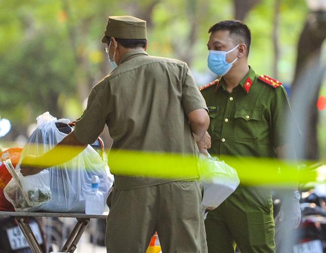 Hà Nội: Hàng loạt địa điểm bị phong toả sau khi phát hiện 13 ca dương tính SARS-CoV-2 trong buổi sáng - Ảnh 13.