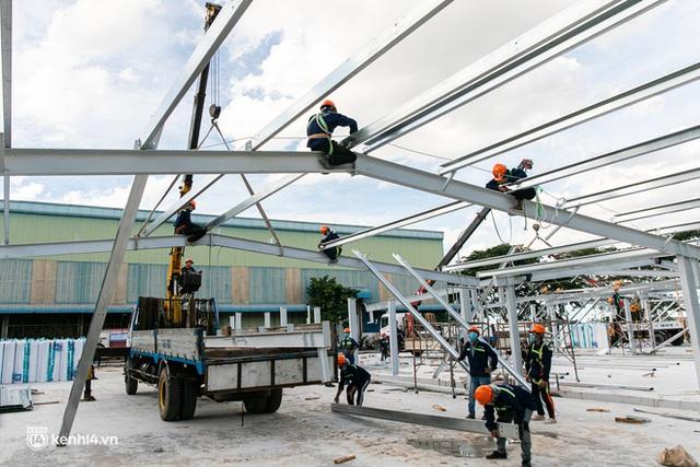 Cận cảnh đại công trường nơi xây dựng thần tốc 2 bệnh viện dã chiến Covid-19 ở TP.HCM - Ảnh 18.