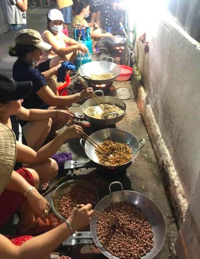 [ẢNH] Người dân xứ Nghệ quyên góp rau củ, ngày đêm làm đồ ăn để ủng hộ tâm dịch TP. HCM - Ảnh 3.
