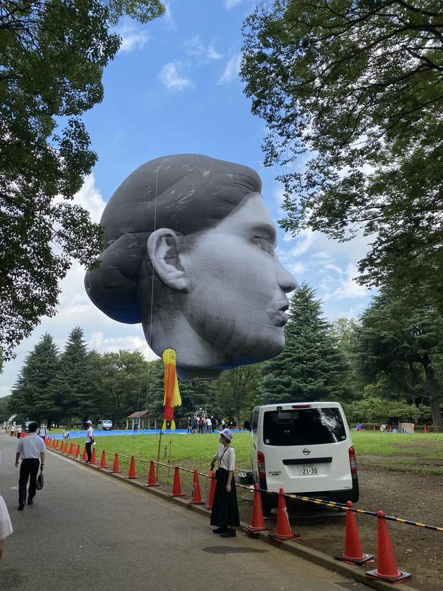 Đầu khổng lồ bay lơ lửng ở Tokyo, người dân khiếp vía trước ngày khai mạc Olympic - Ảnh 3.