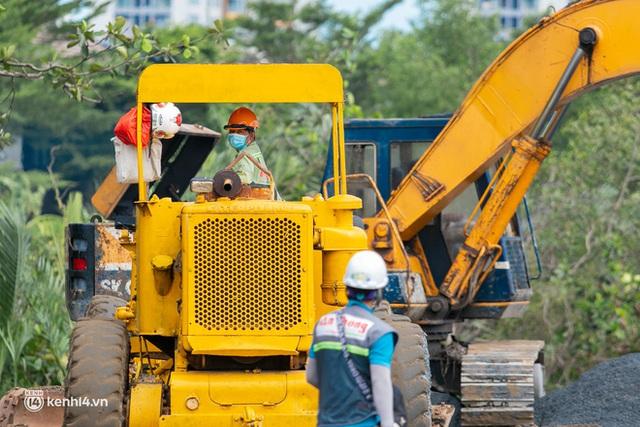 Cận cảnh đại công trường nơi xây dựng thần tốc 2 bệnh viện dã chiến Covid-19 ở TP.HCM - Ảnh 8.