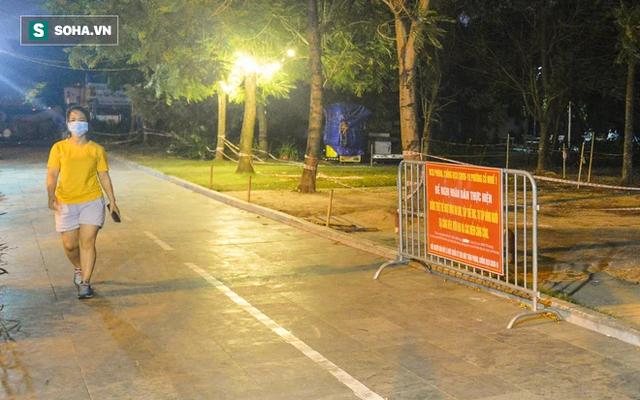 Hà Nội: Hàng trăm nam thanh nữ tú ra công viên tập thể dục, ăn nhậu, tâm sự thấy công an bỏ chạy toán loạn - Ảnh 1.