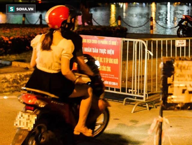 Hà Nội: Hàng trăm nam thanh nữ tú ra công viên tập thể dục, ăn nhậu, tâm sự thấy công an bỏ chạy toán loạn - Ảnh 2.