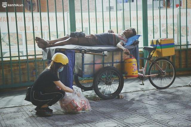 Phát một hộp cơm, tặng một phần gạo và câu chuyện từ thiện từ những người trong cuộc ở Sài Gòn: Của cho không bằng cách cho - Ảnh 1.