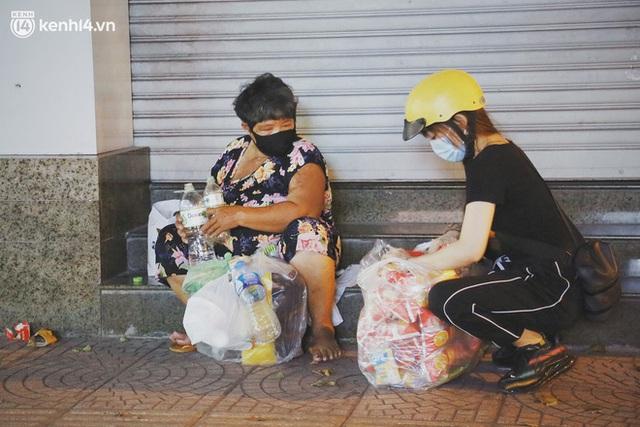 Phát một hộp cơm, tặng một phần gạo và câu chuyện từ thiện từ những người trong cuộc ở Sài Gòn: Của cho không bằng cách cho - Ảnh 2.