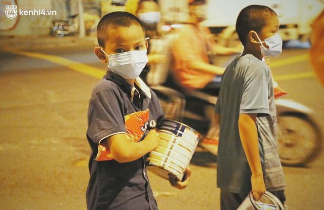 Phát một hộp cơm, tặng một phần gạo và câu chuyện từ thiện từ những người trong cuộc ở Sài Gòn: Của cho không bằng cách cho - Ảnh 3.