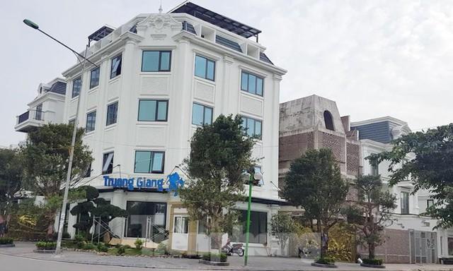 Cận cảnh biệt thự nhà giàu cơi nới phá vỡ quy hoạch trong khu đô thị ở Hà Nội - Ảnh 3.