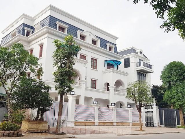 Cận cảnh biệt thự nhà giàu cơi nới phá vỡ quy hoạch trong khu đô thị ở Hà Nội - Ảnh 4.