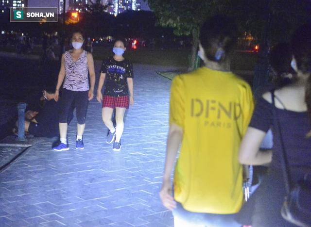 Hà Nội: Hàng trăm nam thanh nữ tú ra công viên tập thể dục, ăn nhậu, tâm sự thấy công an bỏ chạy toán loạn - Ảnh 5.