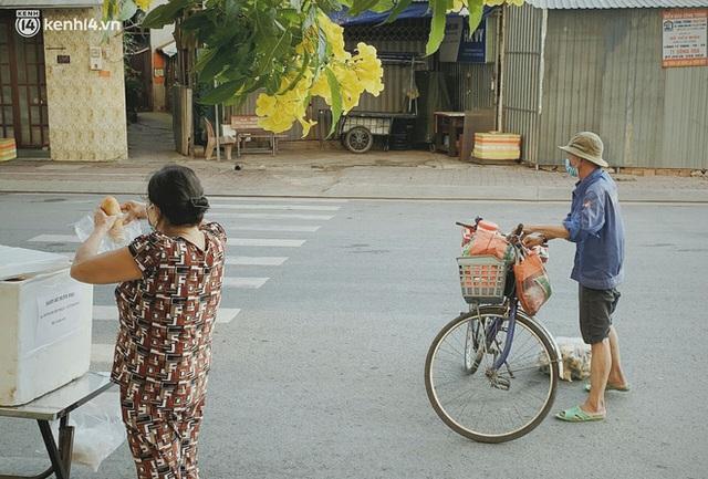 Phát một hộp cơm, tặng một phần gạo và câu chuyện từ thiện từ những người trong cuộc ở Sài Gòn: Của cho không bằng cách cho - Ảnh 5.