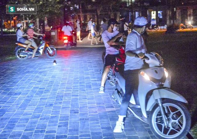 Hà Nội: Hàng trăm nam thanh nữ tú ra công viên tập thể dục, ăn nhậu, tâm sự thấy công an bỏ chạy toán loạn - Ảnh 6.