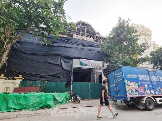 Cận cảnh biệt thự nhà giàu cơi nới phá vỡ quy hoạch trong khu đô thị ở Hà Nội - Ảnh 6.