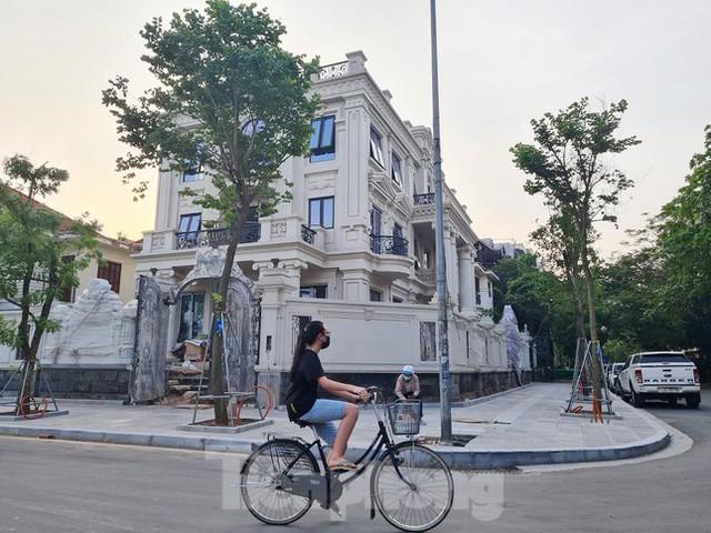 Cận cảnh biệt thự nhà giàu cơi nới phá vỡ quy hoạch trong khu đô thị ở Hà Nội - Ảnh 7.