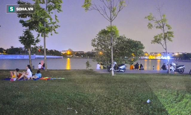 Hà Nội: Hàng trăm nam thanh nữ tú ra công viên tập thể dục, ăn nhậu, tâm sự thấy công an bỏ chạy toán loạn - Ảnh 8.
