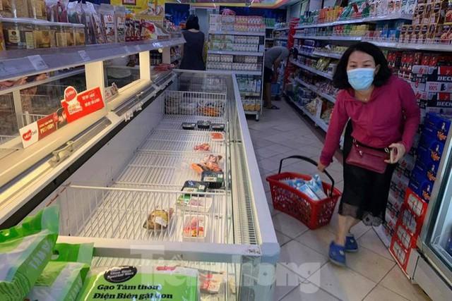 Người dân Thủ đô đổ xô mua lương thực tích trữ sau lệnh tăng cường giãn cách - Ảnh 1.