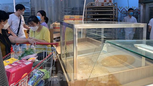Người dân Thủ đô đổ xô mua lương thực tích trữ sau lệnh tăng cường giãn cách - Ảnh 13.