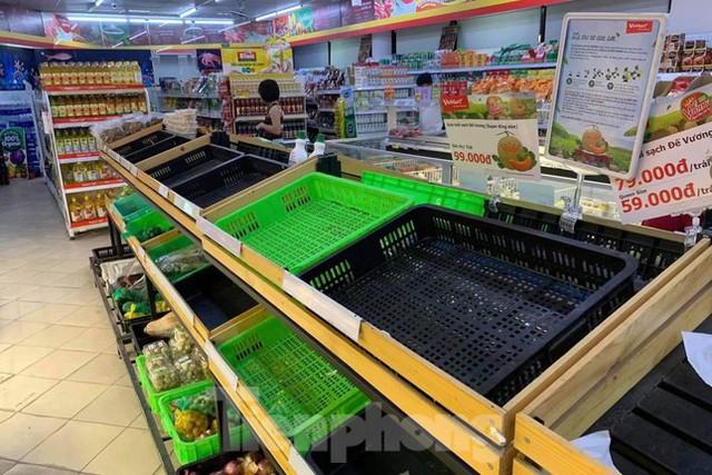 Người dân Thủ đô đổ xô mua lương thực tích trữ sau lệnh tăng cường giãn cách - Ảnh 2.