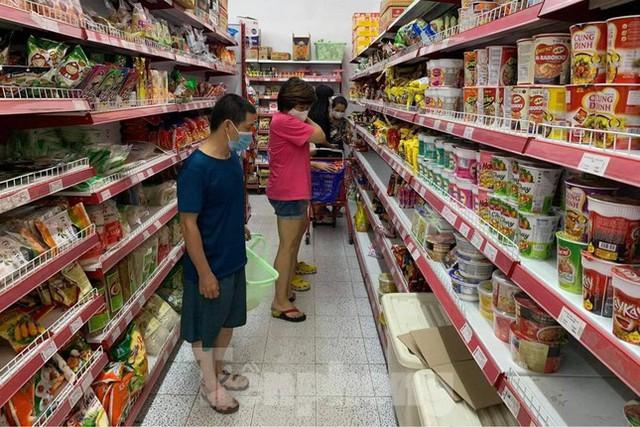Người dân Thủ đô đổ xô mua lương thực tích trữ sau lệnh tăng cường giãn cách - Ảnh 5.