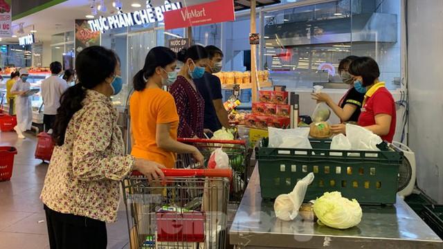 Người dân Thủ đô đổ xô mua lương thực tích trữ sau lệnh tăng cường giãn cách - Ảnh 8.