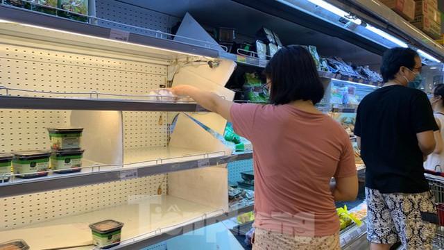 Người dân Thủ đô đổ xô mua lương thực tích trữ sau lệnh tăng cường giãn cách - Ảnh 9.