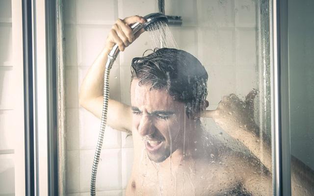 Một xô nước lạnh làm hỏng một tổ ấm: Tắm nước lạnh vào mùa hè có thực sự gây đột tử? - Ảnh 2.