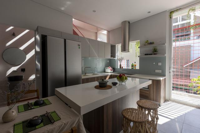 Ngôi nhà 40 tuổi trong ngõ nhỏ lột xác hoàn toàn sau cải tạo: Không gian thoáng, tràn ánh sáng, vừa gần gũi với thiên nhiên vừa đảm bảo riêng tư cho gia đình 3 thế hệ - Ảnh 4.