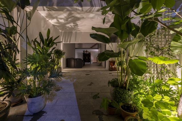 Ngôi nhà 40 tuổi trong ngõ nhỏ lột xác hoàn toàn sau cải tạo: Không gian thoáng, tràn ánh sáng, vừa gần gũi với thiên nhiên vừa đảm bảo riêng tư cho gia đình 3 thế hệ - Ảnh 13.