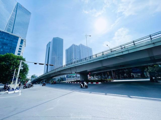 Đường phố Hà Nội thông thoáng trong ngày đầu thực hiện Công điện số 15 - Ảnh 1.