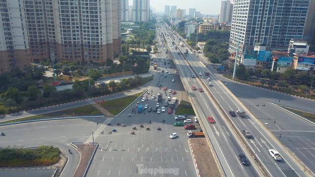 Đường phố Hà Nội thông thoáng trong ngày đầu thực hiện Công điện số 15 - Ảnh 2.
