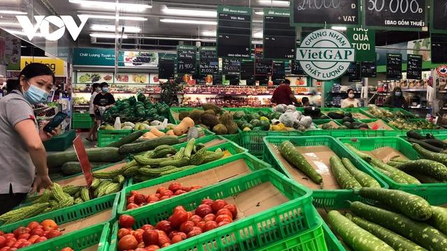 Hàng hóa đầy ắp các siêu thị trong ngày đầu Hà Nội siết chặt chống dịch - Ảnh 2.