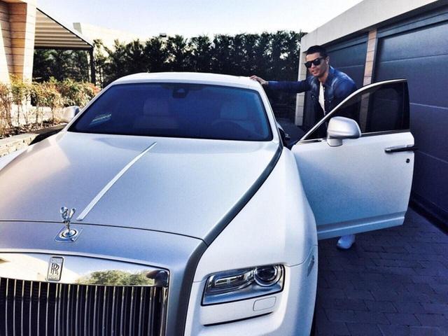 Hơn triệu lượt thả tim bức ảnh Ronaldo chọn xe giữa dàn xế hộp 550 tỷ đồng cho ngày phán quyết - Ảnh 2.