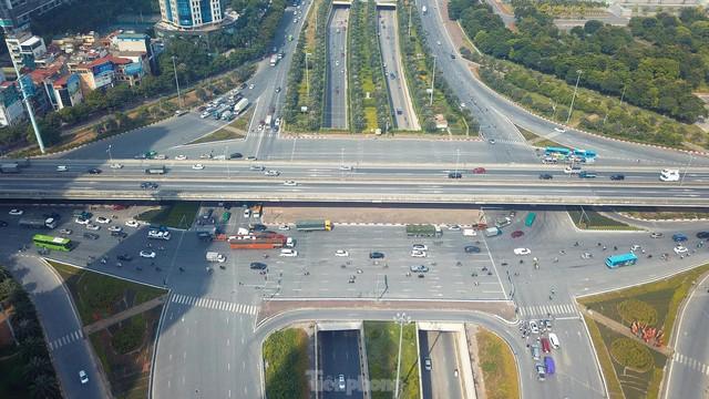 Đường phố Hà Nội thông thoáng trong ngày đầu thực hiện Công điện số 15 - Ảnh 3.