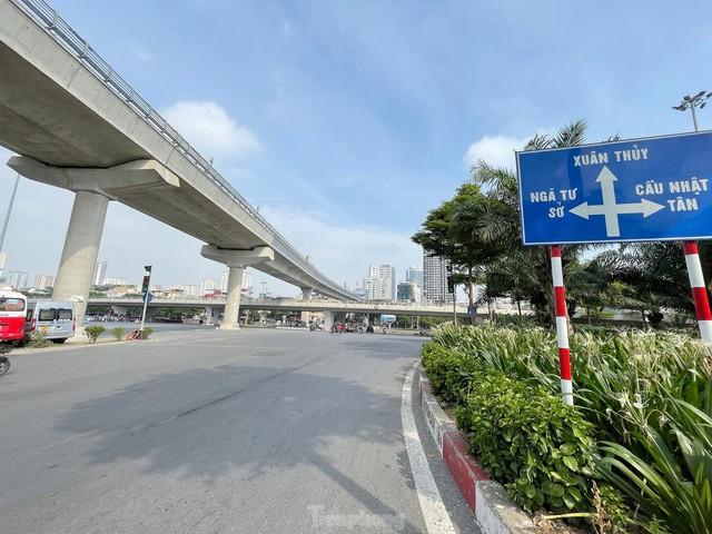 Đường phố Hà Nội thông thoáng trong ngày đầu thực hiện Công điện số 15 - Ảnh 4.
