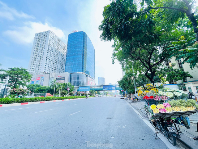 Đường phố Hà Nội thông thoáng trong ngày đầu thực hiện Công điện số 15 - Ảnh 5.