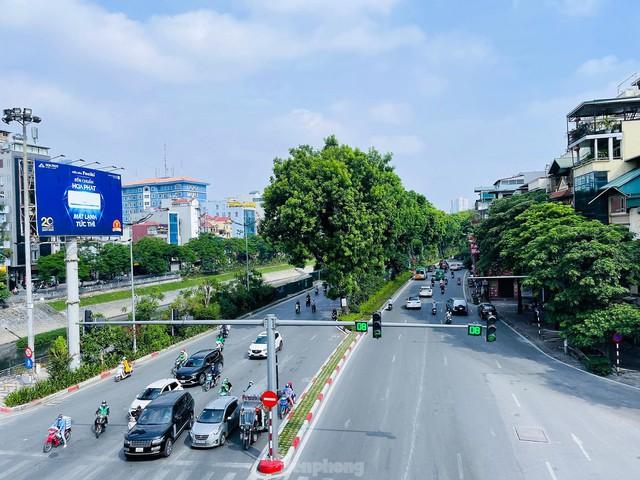 Đường phố Hà Nội thông thoáng trong ngày đầu thực hiện Công điện số 15 - Ảnh 6.