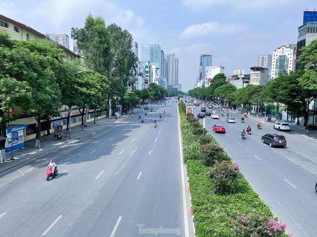 Đường phố Hà Nội thông thoáng trong ngày đầu thực hiện Công điện số 15 - Ảnh 7.