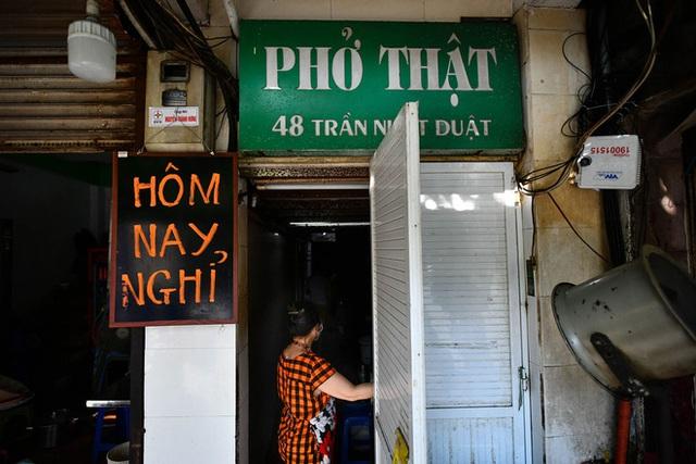 Những tiệm phở nổi tiếng Hà thành ra sao những ngày Hà Nội giãn cách? - Ảnh 9.