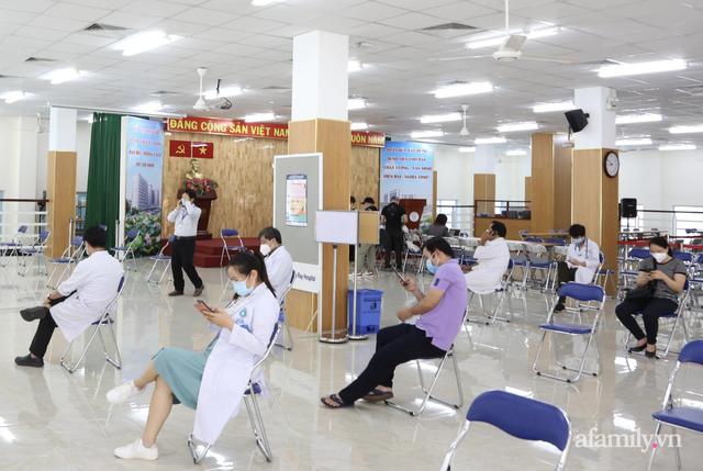 TP.HCM: Ấm lòng 7 tình nguyện viên đến bệnh viện cắt tóc miễn phí để bác sĩ yên tâm chống dịch - Ảnh 1.